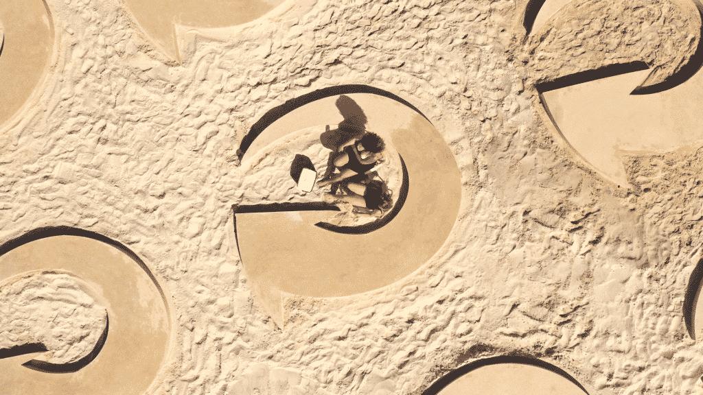 Skol cria Camarotes de Areia para promover distanciamento social nas praias.