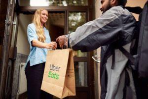 Uber Eats celebra quarto aniversário no Brasil e revela curiosidades.