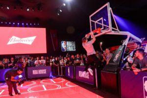 Budweiser e NBA ampliam parceria em acordo para transmissão de jogos pela internet.