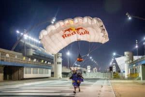 Red Bull promove ação com os skydivers no Sambódromo de São Paulo