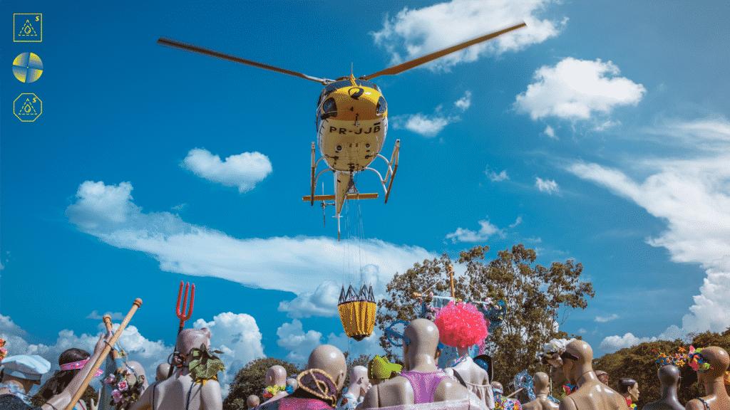 Skol testa helicóptero que faz chover em aglomerações no Carnaval.