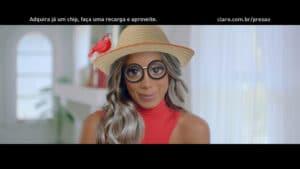 Anitta mescla filtros e situações para a Claro