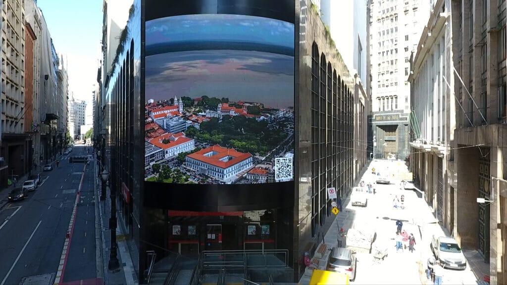 Santander instala painel eletrônico em prédio