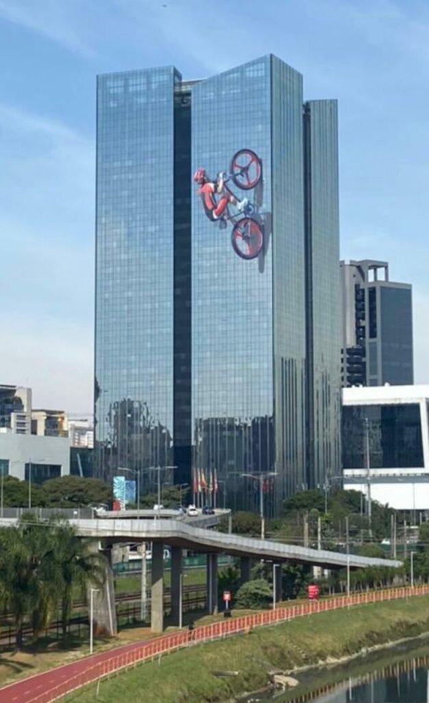 Santander adesiva prédio e com ciclistas