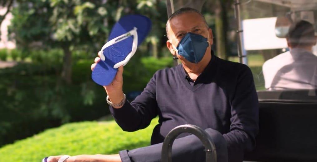 A Havaianas colocou o narrador Galvão Bueno usando os famosos chinelos em ação que antecedeu a abertura dos Jogos Olímpicos de Tóquio.
