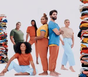 Hering celebra 30 anos da camiseta World e compensa em dobro a emissão de carbono de sua peça ícone