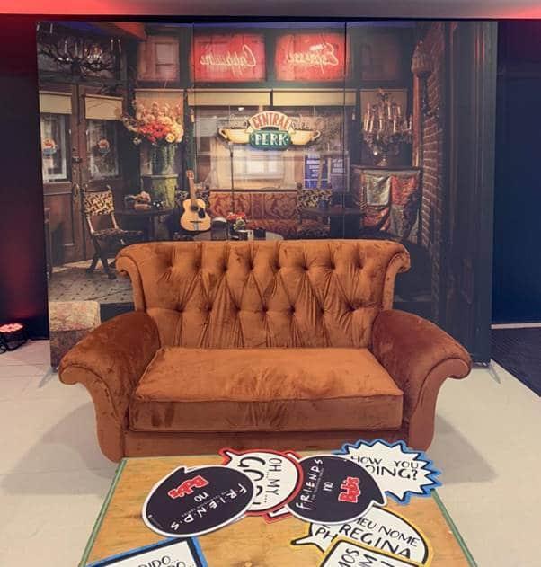 A Riachuelo, a partir do dia 19 de agosto, contará com o cenário do Central Perk no Shopping Morumbi, contando com o famoso sofá da série.