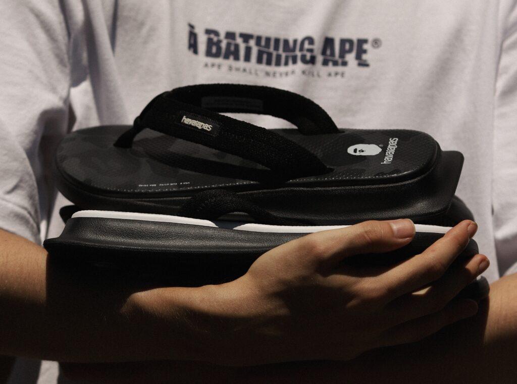 A Havaianas, em combinação com a BAPE, cria a collab Havaianas X BAPE, com produtos premium e edição limitada, trazendo o estilo streetwear.