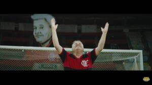 Zico faz gol em homenagem ao pai em campanha do Mercado Livre.