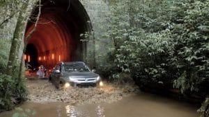 """Mitsubishi se une a atletas para explorar túnel abandonado no interior do Paraná, em campanha de lançamento da plataforma """"4you4challenge""""."""