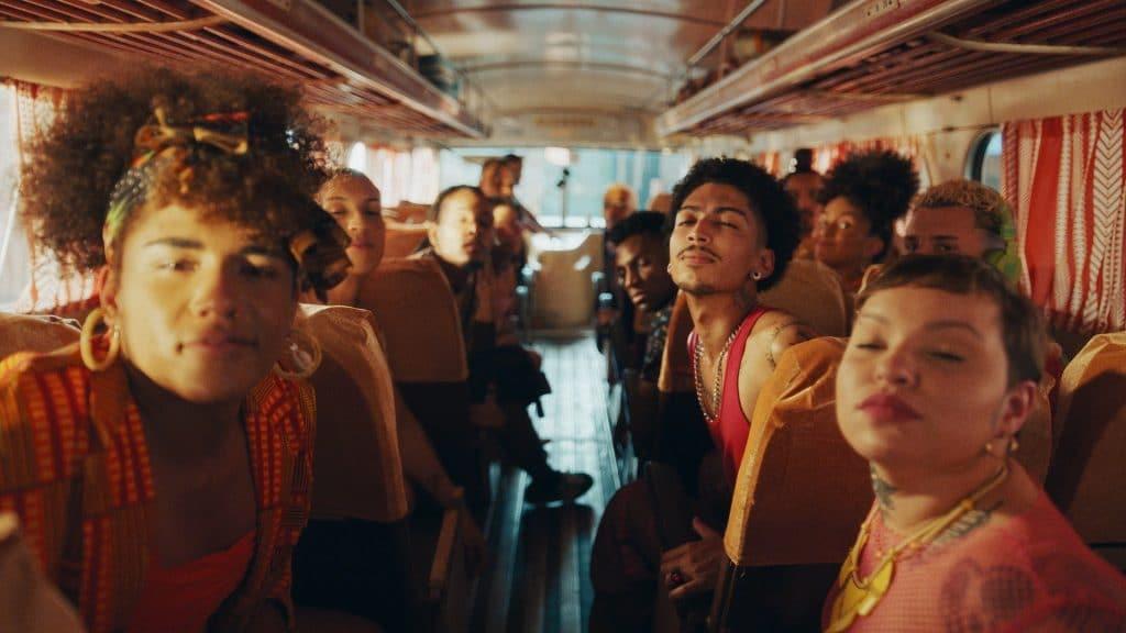 Cheetos convida público para dançar em campanha que enaltece seu cheiro inconfundível.