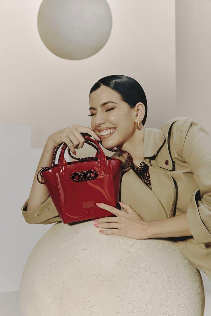Melissa lança, a primeira collab com a empresária Camila Coutinho, e celebra a sinergia da marca com grandes nomes de mercados estratégicos.