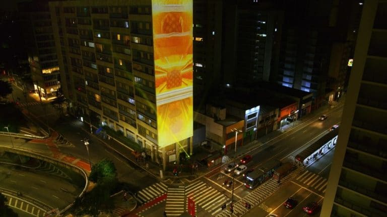 Bauducco faz projeção na Avenida Paulista para anunciar primeira fornada de Natal.