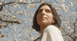 NIVEA SUN Beauty Expert tem nova campanha digital que atrela o cuidado solar ao cuidado com a beleza da pele com tom leve, e linguagem jovem.